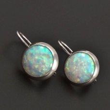 Silberohrringe mit einem weißen Opal